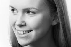 портрет способа красотки Девушка с здоровыми кожей и зубами стороны Стоковые Фото