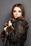 портрет способа Мех, кожа 15 детенышей женщины Стоковая Фотография