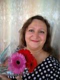 Портрет средн-постаретой женщины с букетом цветков Стоковые Изображения