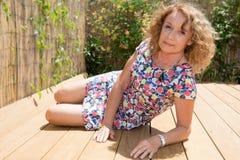 Портрет средней постаретой женщины сидя outdoors Стоковое Изображение RF