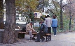 Портрет старика играя шахматы в парке стоковая фотография rf