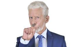 Портрет старого бизнесмена отвергая предложение, белую предпосылку видеоматериал