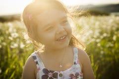 Портрет 5 старого кавказского лет захода солнца девушки ребенка Стоковые Фотографии RF