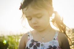 Портрет 5 старого кавказского лет захода солнца девушки ребенка Стоковая Фотография