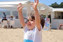 Портрет старого милого младенца наслаждаясь его временем на пляже, Platja человеческом замке, Косте Brava, Хероне, Каталонии, Исп Стоковое Фото