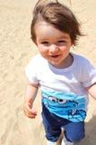 Портрет старого милого младенца наслаждаясь его временем на пляже, Platja человеческом замке, Косте Brava, Хероне, Каталонии, Исп Стоковое фото RF