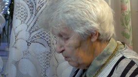 Портрет старой говоря женщины Стоковая Фотография