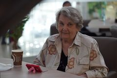 Портрет старой усмехаясь женщины в кафе Стоковые Изображения