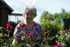 Портрет старой усмехаясь женщины в парке Стоковая Фотография