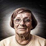 Портрет старухи в темной предпосылке Стоковые Изображения