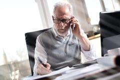 Портрет старшего бизнесмена говоря на мобильном телефоне, световом эффекте Стоковая Фотография RF