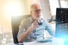 Портрет старшего бизнесмена работая на компьтер-книжке, световом эффекте, overlayed с сетью Стоковое Изображение RF