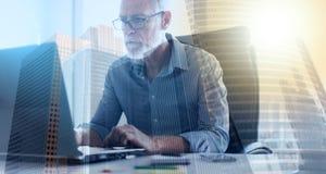 Портрет старшего бизнесмена работая на компьтер-книжке, световом эффекте, двойной экспозиции Стоковые Изображения RF