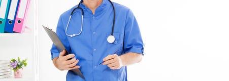 Портрет старшего кавказского положения доктора в медицинском офисе r стоковые фотографии rf