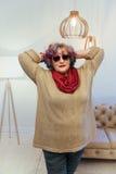 Портрет старшего элегантного сумасбродного интерьера женщины дома Стоковое фото RF