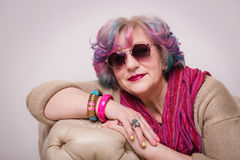 Портрет старшего элегантного сумасбродного интерьера женщины дома Стоковая Фотография RF