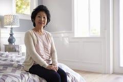 Портрет старшей женщины в спальне дома Стоковое Изображение