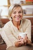 Портрет старшей женщины имея чашку кофе Стоковые Изображения