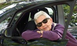 Портрет старшей женщины на автомобиле стоковое фото rf