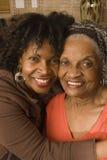 Портрет старшей женщины обнимая ее дочь Стоковое Изображение RF