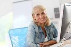 Портрет старшей женщины перед компьютером Стоковое Фото