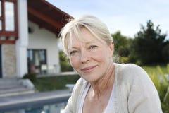 Портрет старшей женщины перед домом Стоковые Фотографии RF
