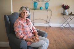 Портрет старшей женщины сидя на кресле Стоковое Изображение RF