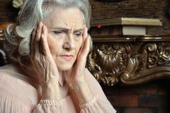 Портрет старшей женщины с головной болью Стоковые Фото