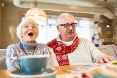 Портрет старших пар в кафе стоковые фото