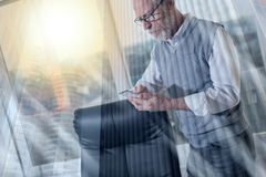 Портрет старших положения бизнесмена и мобильного телефона использования, светового эффекта, двойной экспозиции стоковая фотография rf