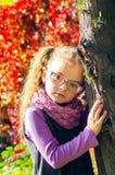 Портрет стекел милой девушки нося на предпосылке i природы Стоковое фото RF