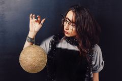 Портрет стекел обольстительной девушки битника нося Стоковые Изображения