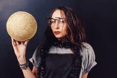 Портрет стекел обольстительной девушки битника нося Стоковое фото RF