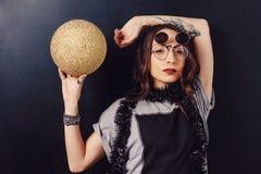 Портрет стекел обольстительной девушки битника нося Стоковые Фото