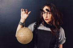 Портрет стекел обольстительной девушки битника нося Стоковые Изображения RF