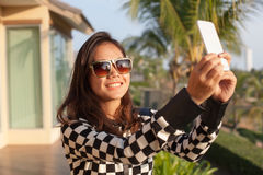 Портрет стекел солнца молодой красивой женщины нося принимает pho Стоковые Изображения RF