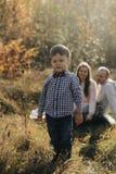 Портрет стильного мальчика Его родители в banground Ребенок в рубашке с bowtie стоковая фотография