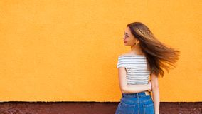 Портрет стильной женщины в солнечных очках с волосами состава и летания Урбанско стоковая фотография