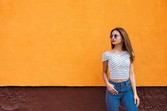 Портрет стильной женщины в солнечных очках с волосами состава и летания Урбанско Стоковое фото RF