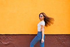 Портрет стильной женщины в солнечных очках с волосами состава и летания Урбанско Стоковые Фото
