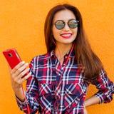 Портрет стильной женщины в солнечных очках с волосами состава и летания Урбанско Стоковая Фотография RF