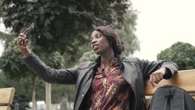 Портрет стильной молодой африканской женщины принимая selfie с ее умным телефоном сток-видео