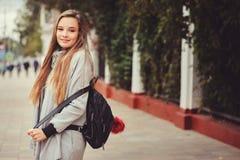 Портрет стиля улицы молодой красивой счастливой девушки идя в город осени Стоковая Фотография RF