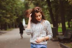 Портрет стиля улицы молодой красивой счастливой девушки идя в город осени Стоковая Фотография