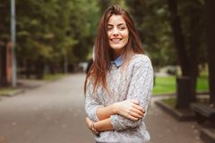 Портрет стиля улицы молодой красивой счастливой девушки идя в город осени Стоковое фото RF
