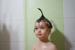 Портрет стильного красивого мальчика с смычком на ее голове Стоковое фото RF
