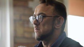 Портрет стильного парикмахера Профессионал снятый на видео, пока работающ в его парикмахерской сток-видео