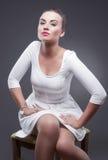 Портрет стильной блестящей кавказской женщины в белом платье Стоковая Фотография