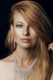 Портрет стильной женщины с красивыми волосами и ювелирными изделиями роскоши Стоковое Изображение