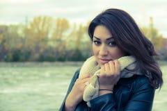 Портрет стильной испанской женщины во время осени - фильтруйте appl Стоковое Изображение